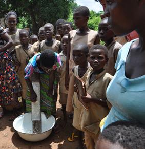 Préparation du manioc manuellement à la rappe avant le don du projet Vi
