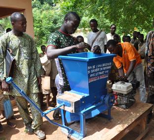 Préparation du manioc à la rappe mécanique - don du projet Vi (Bénin)