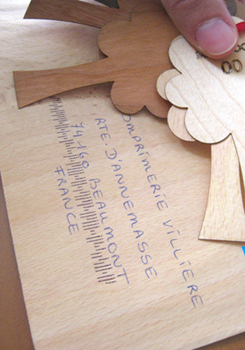 Les échantillons de papier en bois reçus à l'imprimerie (enveloppe, carte de visite...)