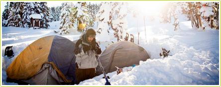 Organiser un camping dans la neige entre amis cet hiver : une idée rafraichissante
