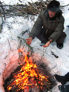 Un feu en hiver lors d'une sortie bivouac entre amis