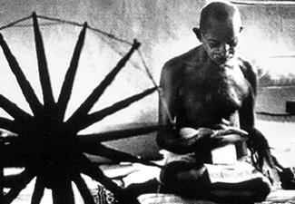 Gandhi et son rouet : figure de la campagne du Khâdi, et emblème du drapeau Indien