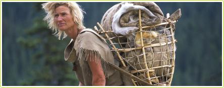 Lynx Vilden lors d'un stage de survie de plusieurs mois avec ses élèves (extended Stone Age Living Project)