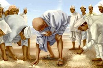 La marche du Sel effectuée par Gandhi en 1930 depuis son Ashram de Sabarmati et pendant un an
