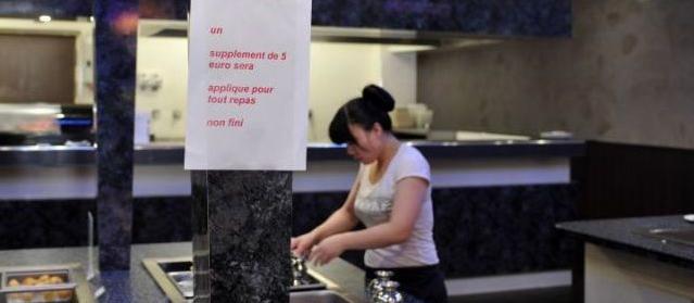 Le panneau anti-gaspillage affiché en dessus du buffet