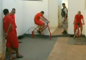 Les détenus de la prison Santa Rita do Sapucai au Brésil en plein exercice sur leurs vélos