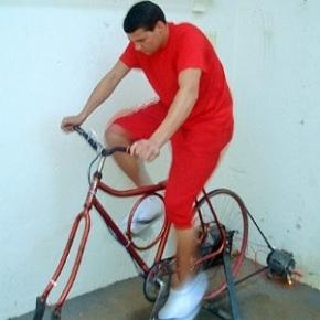 Un prisonnier de Santa Rita do Sapucai produisant de l'énergie et réduisant sa peine