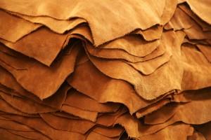 Dans l industrie de la mode, le cuir est de plus en plus présent, sous  toutes les formes et à tous les prix, surtout les plus bas. 33a299eb272