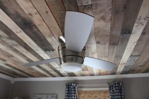 Plafond en bois avec des palettes
