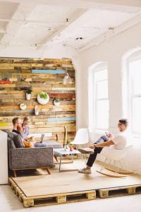 Étagères en palettes qui constituent un mur tout en bois assez joli