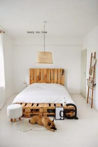 Un lit fabriqué avec des palettes
