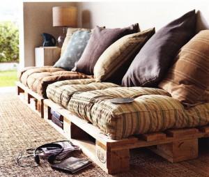 Un canapé fabriqué avec des palettes