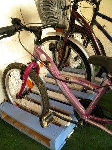 Un garage à vélos en palettes